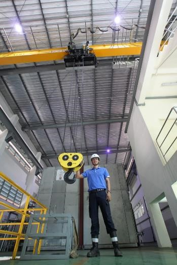 Mr.Somkieat Dumthong with one of the latest Konecranes.