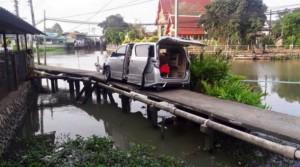 Wrong way Car stuck after driver follows GPS down Nonthaburi footbridge1